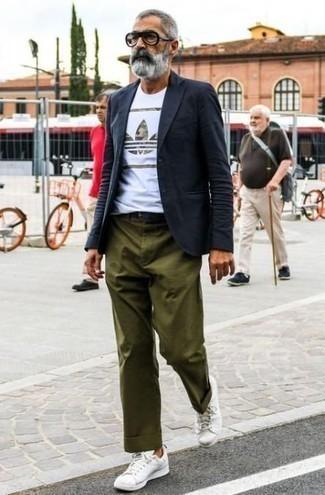 Moda para hombres de 50 años: Considera emparejar un blazer azul marino con un pantalón chino verde oliva para después del trabajo. ¿Quieres elegir un zapato informal? Elige un par de tenis de cuero blancos para el día.