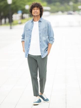 Cómo combinar: tenis de ante azul marino, pantalón chino verde oliva, camiseta con cuello circular blanca, camisa vaquera celeste