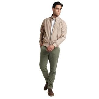 Cómo combinar: botas safari de cuero en marrón oscuro, pantalón chino verde oliva, camiseta con cuello circular blanca, cazadora harrington en beige