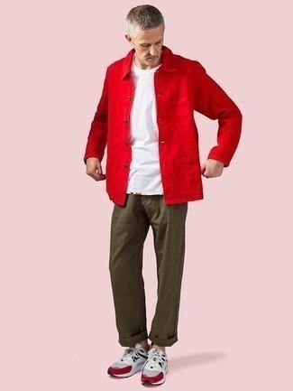 Outfits hombres: Haz de una chaqueta estilo camisa roja y un pantalón chino verde oliva tu atuendo para un lindo look para el trabajo. ¿Quieres elegir un zapato informal? Complementa tu atuendo con deportivas grises para el día.