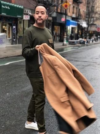 Combinar unos tenis de cuero blancos: Intenta combinar un abrigo largo marrón claro con un pantalón chino verde oliva para lograr un estilo informal elegante. Tenis de cuero blancos añadirán un nuevo toque a un estilo que de lo contrario es clásico.