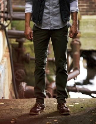 Cómo combinar: botas casual de cuero en marrón oscuro, pantalón chino verde oscuro, camisa de manga larga celeste, chaleco de abrigo negro