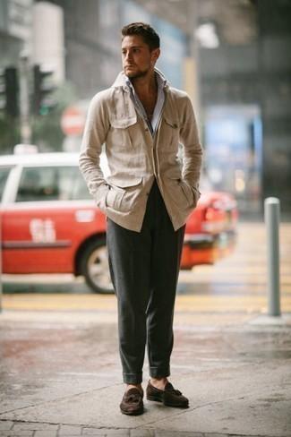 Combinar un pantalón chino verde oscuro: Si buscas un look en tendencia pero clásico, elige una chaqueta estilo camisa en beige y un pantalón chino verde oscuro. Mocasín con borlas de ante en marrón oscuro proporcionarán una estética clásica al conjunto.