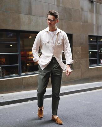 Cómo combinar: mocasín de ante en tabaco, pantalón chino verde oscuro, camiseta con cuello circular blanca, chaqueta campo de lino en beige