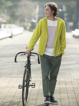Cómo combinar: tenis negros, pantalón chino verde oscuro, camiseta con cuello circular de rayas horizontales blanca, chubasquero en amarillo verdoso