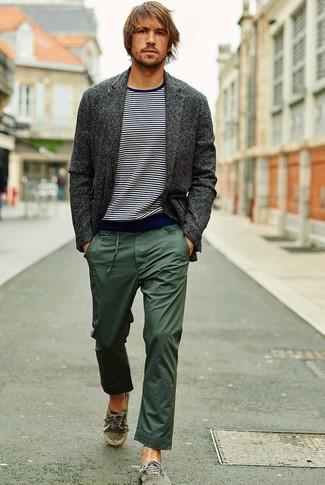 Combinar un blazer de lana en gris oscuro: Intenta ponerse un blazer de lana en gris oscuro y un pantalón chino verde oscuro para crear un estilo informal elegante. Si no quieres vestir totalmente formal, complementa tu atuendo con tenis de lona verdes.