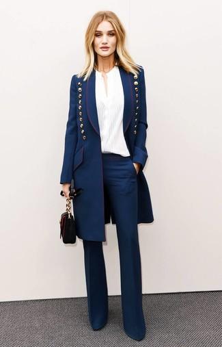 Cómo combinar: bolso bandolera de cuero negro, pantalón de campana azul marino, blusa de botones blanca, abrigo azul marino