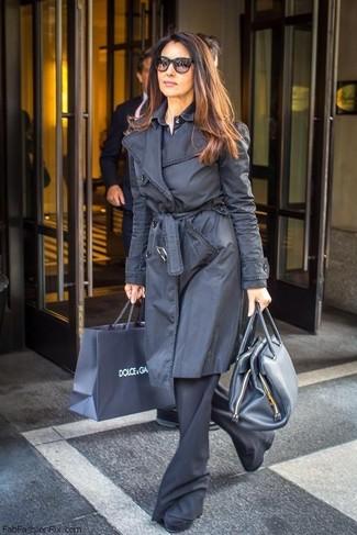 Cómo combinar: botines de ante negros, pantalón de campana negro, camisa de vestir azul marino, gabardina negra