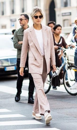 Cómo combinar: mocasín con plataforma de cuero blanco, pantalón de campana de lana rosado, camiseta con cuello circular blanca, blazer cruzado de lana rosado