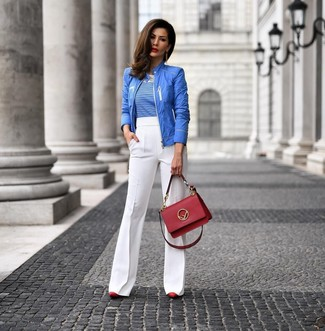 Cómo combinar: zapatos de tacón de cuero rojos, pantalón de campana blanco, camiseta con cuello circular de rayas horizontales en blanco y azul, cazadora de aviador azul