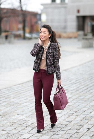 Cómo combinar: zapatos de tacón de ante negros, pantalón de campana burdeos, camiseta con cuello circular marrón claro, chaqueta de tweed morado oscuro