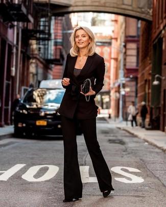 Cómo combinar: zapatos de tacón de ante negros, pantalón de campana negro, camiseta sin manga en gris oscuro, blazer cruzado negro