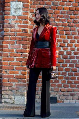 Cómo combinar: botines de cuero negros, pantalón de campana negro, camiseta sin manga negra, blazer de terciopelo rojo