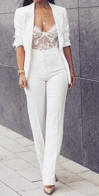 Cómo combinar: zapatos de tacón de cuero en beige, pantalón de campana blanco, corsé de encaje blanco, blazer blanco