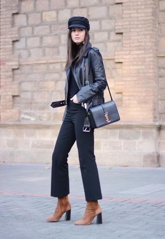 Cómo combinar: botines de ante marrónes, pantalón de campana negro, jersey de cuello alto negro, chaqueta motera de cuero negra
