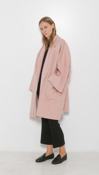 Cómo combinar: mocasín de cuero negros, pantalón de campana negro, jersey con cuello circular negro, abrigo rosado