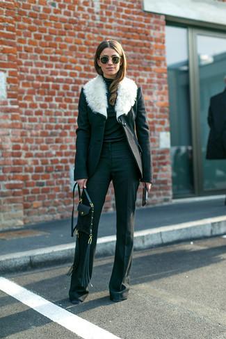 Cómo combinar: bolso bandolera de cuero negro, pantalón de campana negro, jersey de cuello alto negro, abrigo con cuello de piel en negro y blanco