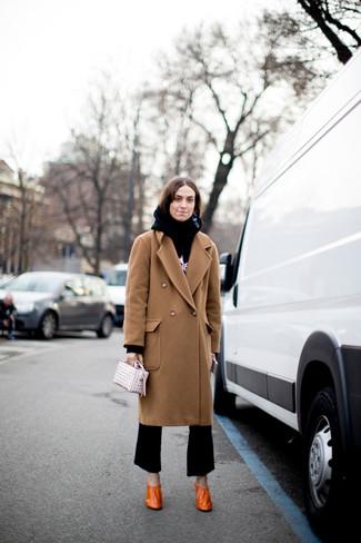 Cómo combinar: zapatos de tacón de cuero naranjas, pantalón de campana negro, sudadera con capucha estampada en negro y blanco, abrigo marrón claro