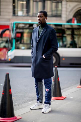 Cómo combinar: deportivas grises, pantalón de chándal azul, jersey de cuello alto verde oscuro, abrigo largo azul marino