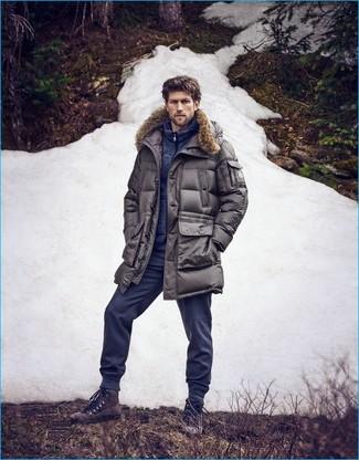 Cómo combinar: botas casual de ante en marrón oscuro, pantalón de chándal azul marino, jersey con cremallera azul marino, parka gris