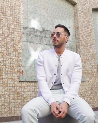 Cómo combinar: pantalón de chándal blanco, camiseta con cuello circular gris, chaqueta varsity blanca