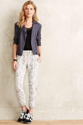 Cómo combinar: deportivas en negro y blanco, pantalón de chándal de encaje blanco, camiseta sin manga negra, chaqueta motera en gris oscuro