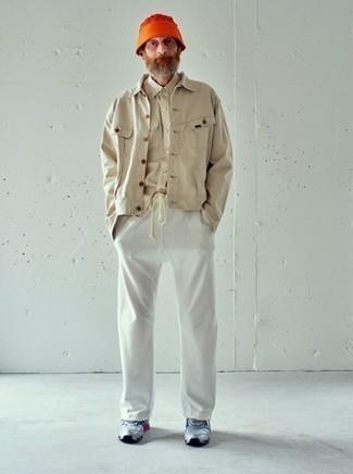 Combinar una camisa de manga larga en beige: Elige una camisa de manga larga en beige y un pantalón de chándal blanco para un look diario sin parecer demasiado arreglada. ¿Quieres elegir un zapato informal? Haz deportivas grises tu calzado para el día.