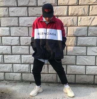 Cómo combinar: deportivas en beige, pantalón de chándal negro, camisa de manga larga de rayas verticales celeste, chubasquero en blanco y rojo y azul marino