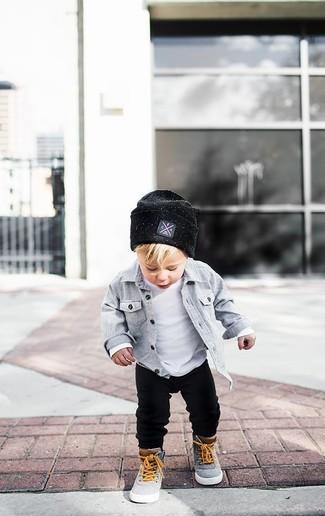 Cómo combinar: zapatillas grises, pantalón de chándal negro, camiseta blanca, camisa de manga larga gris