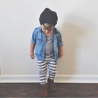 Cómo combinar: botas marrónes, pantalón de chándal gris, camiseta gris, camisa de manga larga vaquera azul