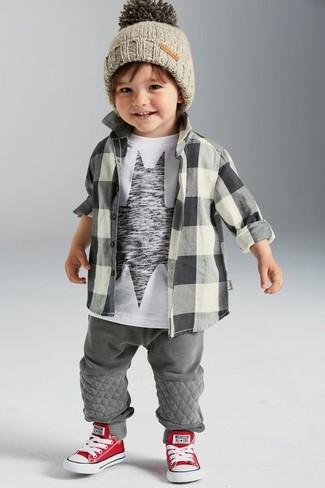 Cómo combinar: zapatillas en rojo y blanco, pantalón de chándal gris, camiseta estampada en blanco y negro, camisa de manga larga a cuadros gris