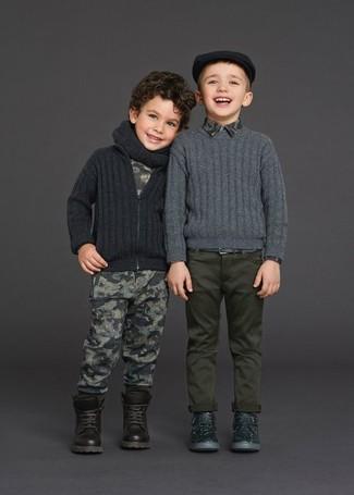 Cómo combinar: botas en marrón oscuro, pantalón de chándal estampado gris, camiseta estampada gris, cárdigan en gris oscuro