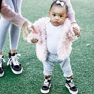 Cómo combinar: zapatillas negras, pantalón de chándal gris, camiseta blanca, chaqueta de pelo rosada