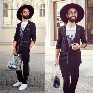 Cómo combinar: tenis blancos, pantalón de chándal de rayas verticales en negro y blanco, camiseta con cuello circular estampada en blanco y negro, blazer cruzado negro