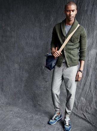 Cómo combinar: tenis de ante azules, pantalón de chándal gris, camiseta con cuello circular de rayas horizontales gris, cárdigan con cuello chal verde oscuro