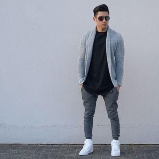 Combinar un cárdigan con cuello chal gris: Considera ponerse un cárdigan con cuello chal gris y un pantalón de chándal en gris oscuro para lidiar sin esfuerzo con lo que sea que te traiga el día. Zapatillas altas de cuero blancas añadirán interés a un estilo clásico.
