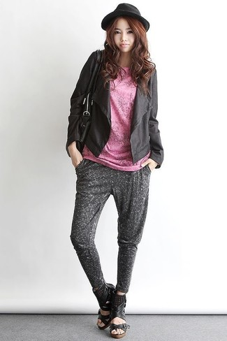 Cómo combinar: sandalias con cuña de cuero negras, pantalón de chándal en gris oscuro, camiseta con cuello circular rosada, chaqueta abierta de cuero negra