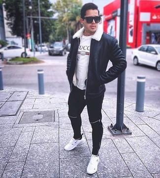 Cómo combinar: deportivas blancas, pantalón de chándal negro, camiseta con cuello circular estampada blanca, chaqueta de piel de oveja negra