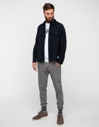Combinar un pantalón de chándal gris: Elige una chaqueta estilo camisa azul marino y un pantalón de chándal gris para cualquier sorpresa que haya en el día. Complementa tu atuendo con zapatos derby de ante grises para mostrar tu inteligencia sartorial.