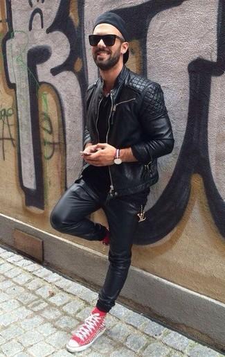 Cómo combinar: zapatillas altas rojas, pantalón de chándal de cuero negro, camiseta con cuello circular negra, chaqueta motera de cuero acolchada negra