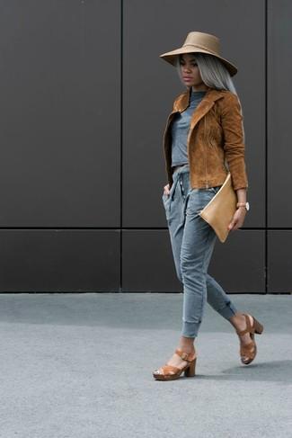 Cómo combinar: sandalias de tacón de cuero marrónes, pantalón de chándal gris, camiseta con cuello circular gris, chaqueta motera de ante en tabaco