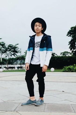Cómo combinar: zapatos derby de ante azules, pantalón de chándal negro, camiseta con cuello circular estampada en blanco y negro, chubasquero en blanco y azul marino