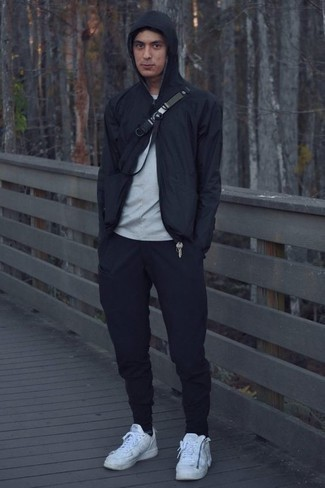 Combinar un chubasquero negro: Ponte un chubasquero negro y un pantalón de chándal azul marino para un look agradable de fin de semana. Tenis de cuero blancos son una opción buena para complementar tu atuendo.