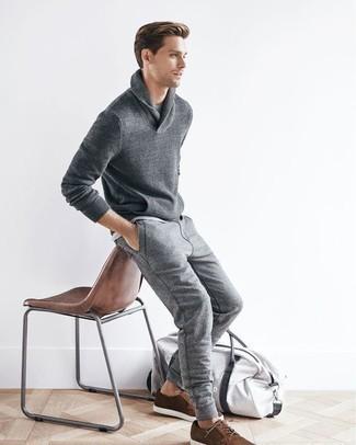 Combinar un pantalón de chándal gris: Considera ponerse un jersey con cuello chal gris y un pantalón de chándal gris para un look diario sin parecer demasiado arreglada. Con el calzado, sé más clásico y completa tu atuendo con zapatos derby de ante marrónes.