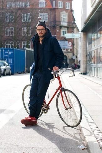 Cómo combinar: tenis rojos, pantalón de chándal azul marino, camiseta con cuello circular negra, parka azul marino