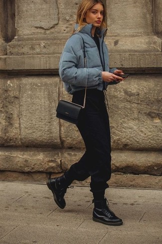 Cómo combinar: botas planas con cordones de cuero negras, pantalón de chándal negro, camiseta con cuello circular negra, plumífero gris