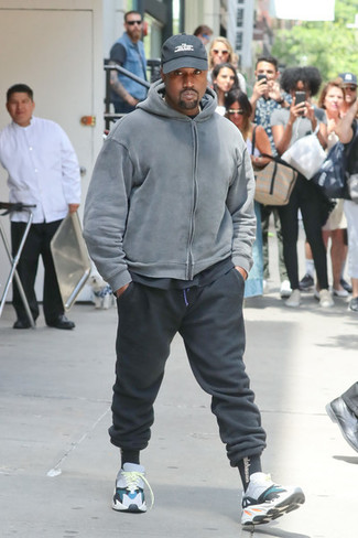 Cómo combinar: deportivas en multicolor, pantalón de chándal negro, camiseta con cuello circular negra, sudadera con capucha gris