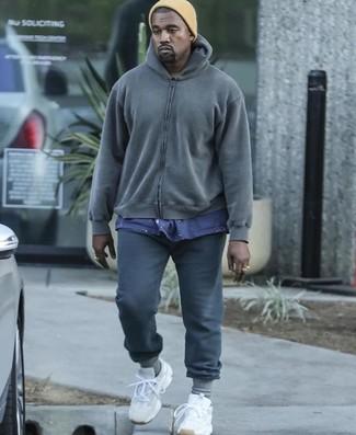 Cómo combinar: deportivas blancas, pantalón de chándal en gris oscuro, camiseta con cuello circular azul marino, sudadera con capucha en gris oscuro