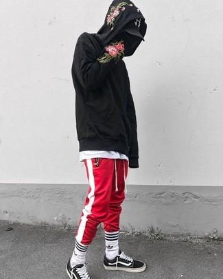 Cómo combinar: tenis de lona en negro y blanco, pantalón de chándal de rayas verticales en rojo y blanco, camiseta con cuello circular blanca, sudadera con capucha con print de flores negra