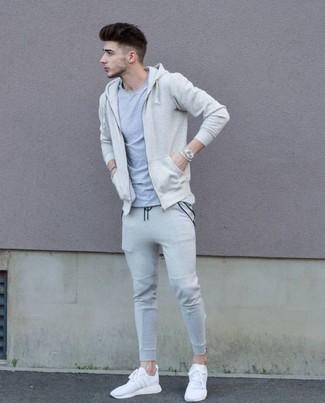 Cómo combinar: deportivas blancas, pantalón de chándal gris, camiseta con cuello circular gris, sudadera con capucha en beige